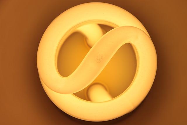 detailní pohled na kompaktní zářivku