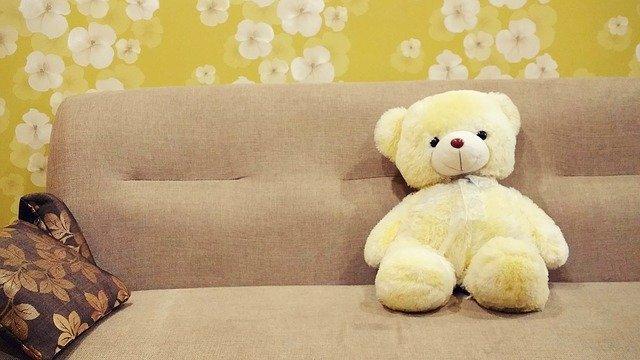 plyšový medvídek na sedačce