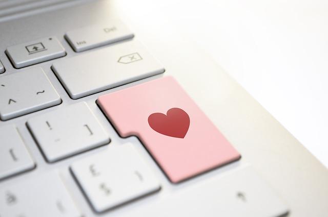 symbol lásky přes internet – klávesnice se srdcem na místě enteru