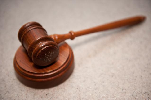 soudcovské kladívko na bílém podkladu